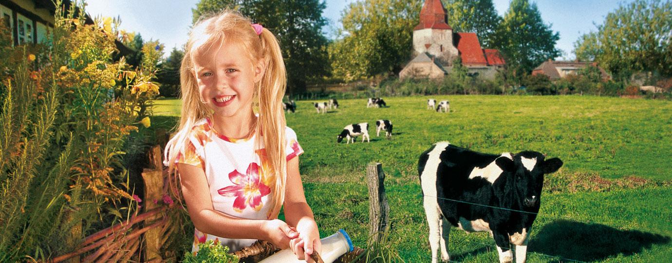 Mädchen mit Korb auf dem Bauernhof, Mecklenburgische Schweiz