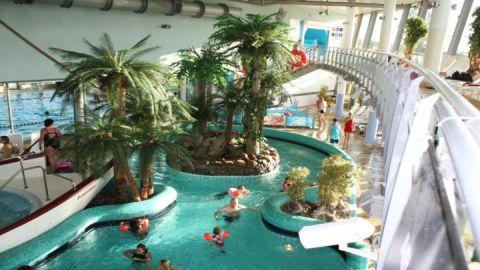 Thermenbecken mit Unterwasserliegen, Massagedüsen und Strömungskanal