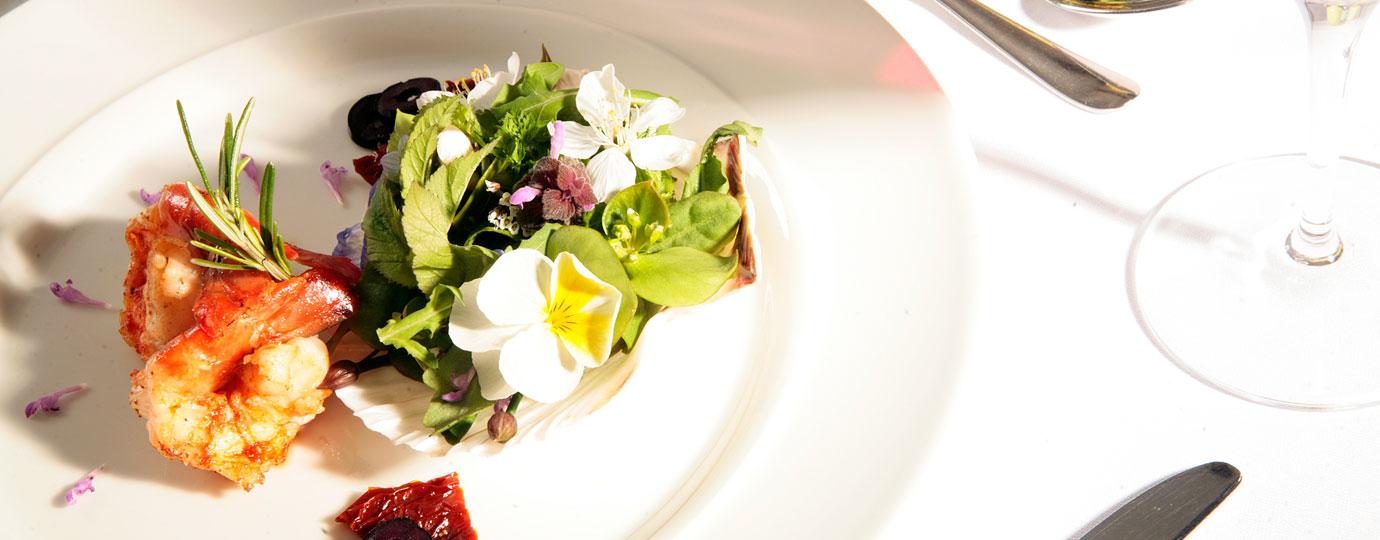 Angerichtete Garnelen an einem sommerlichen Salat - Gut Gremmelin, Mecklenburgische Schweiz