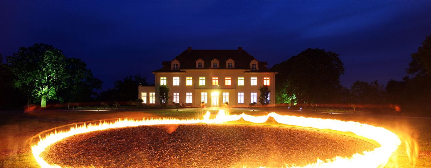 Kunstinstallation mit Feuer vor Gut Gremmelin, Mecklenburgische Schweiz