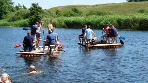 Paddler-Gruppe auf zwei selbstgebauten Flößen