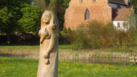 972-weisse-dame-vor-kirche-sagenfigur