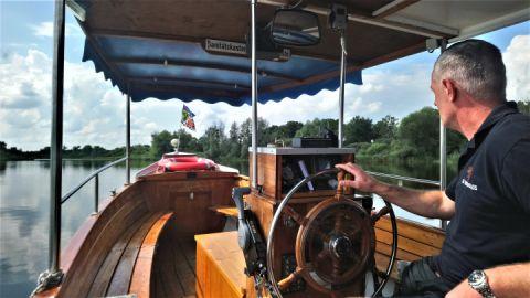Bootsführer Meder auf Fahrt