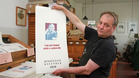Hans-Hilmar Koch fertigt auf historischen Maschinen Druckgrafiken an