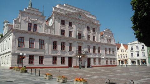 Das Güstrower Rathaus mit klassizistischer Fassade