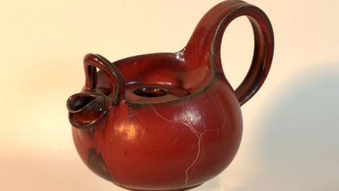 Teekanne in Ochsenblutroter Reduktionsglasur