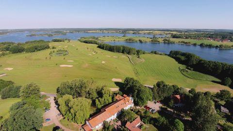 Das idyllisch am Krakower See gelegene Golfhotel Serrahn aus der Vogelperspektive